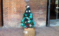 L'albero per aiutare i poveri lasciando un sospeso. Dalla sciarpa a qualsiasi regalo (foto)