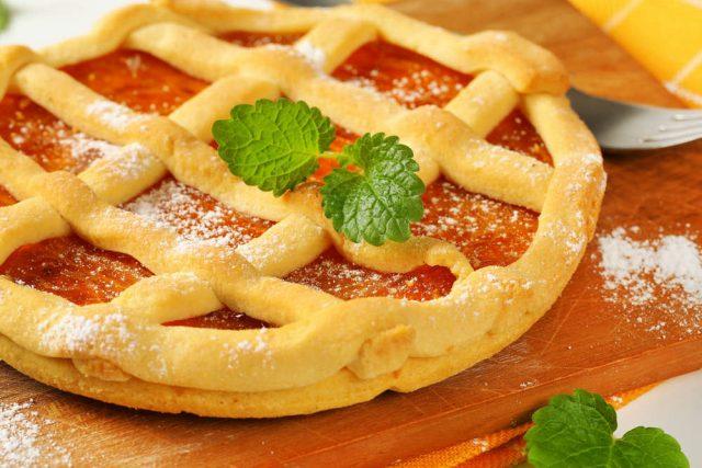 Crostata con crema al succo di mele e confettura di albicocche: una prelibatezza unica
