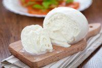 Mozzarella di bufala, non è un formaggio grasso. Mai tenerla in frigorifero e prima di mangiarla...