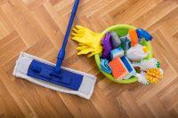 Sgrassare i pavimenti, con detersivi fai-da-te a base di bicarbonato e alcol. O aceto bianco