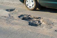 Buche stradali, sono la causa di un incidente su tre. E nessuno le ripara