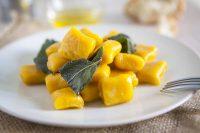 Gnocchi gialli ai porri con foglie verdi: la ricetta che recupera la polenta avanzata