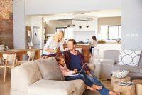 Una casa più sana e sicura? Molta aria durante il giorno. Pochi prodotti chimici, e zero fumo