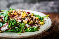 Quinoa al forno con peperoni, spinaci e avocado: una ricetta utile per la salute del cuore e dei muscoli