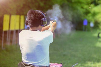 Armi ai minori, la scuola dove insegnano a sparare. Vogliamo cittadini pistoleri?