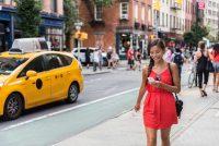 Camminare con lo smartphone, così diventiamo gobbi, sbilenchi e più lenti (foto)