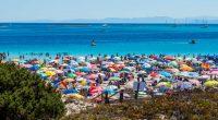 Divieto di asciugamano sulla spiaggia di Stintino. Per fermare i ladri di sabbia. Ma così pagano tutti…
