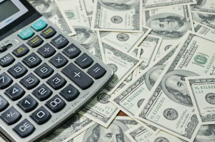 Tre banche per cambiare 90 dollari in euro. E alla fine una super commissione: 10 per cento