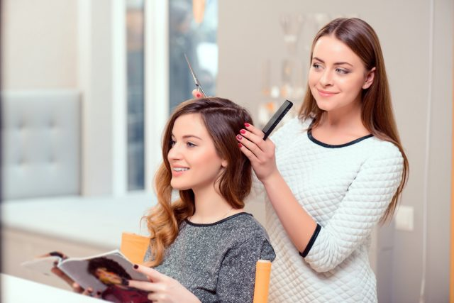 Cosa dire al parrucchiere prima di un taglio, le regole per non avere delusioni. E sprecare soldi