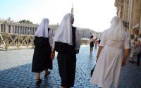 Monache che fanno le sguattere dei cardinali, ecco la Chiesa maschilista denunciata da Francesco