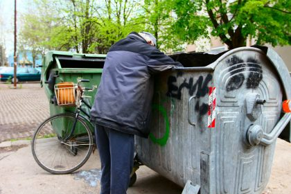 multa a chi rovista tra i rifiuti