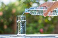 Acqua minerale, come scegliere la più adatta. Meglio quella in vetro. Controllate il residuo fisso