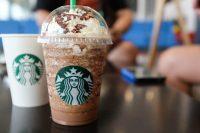 Tassa per le tazze di caffè monouso, Starbucks introduce un extra di 5 pence. Ma è solo l'inizio