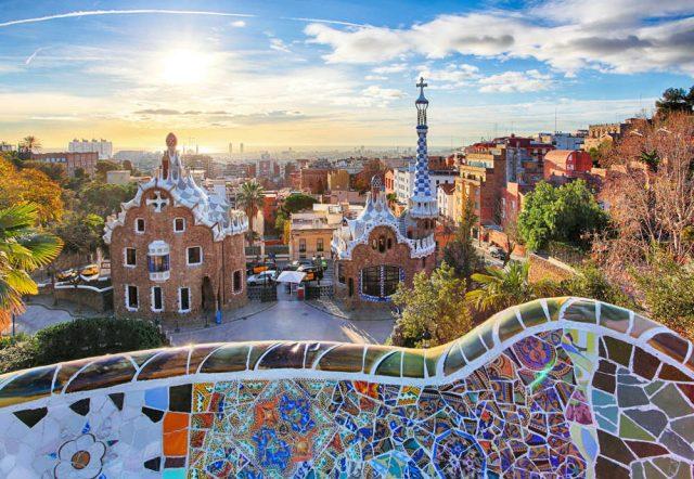 Turismo sfrenato, a Barcellona non ne possono più. Affitti alle stelle, città sfregiata e l'incubo di Venezia