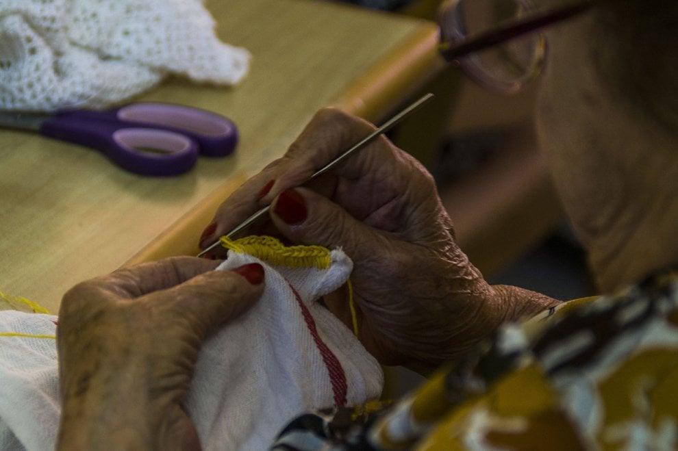 """""""Le mani sanno ancora fare"""", le fotografie che raccontano la manualità dei malati (foto e video)"""
