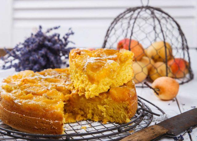 Torta di nespole, la ricetta ideale con granelli di pistacchio e con una pallina di gelato alla vaniglia
