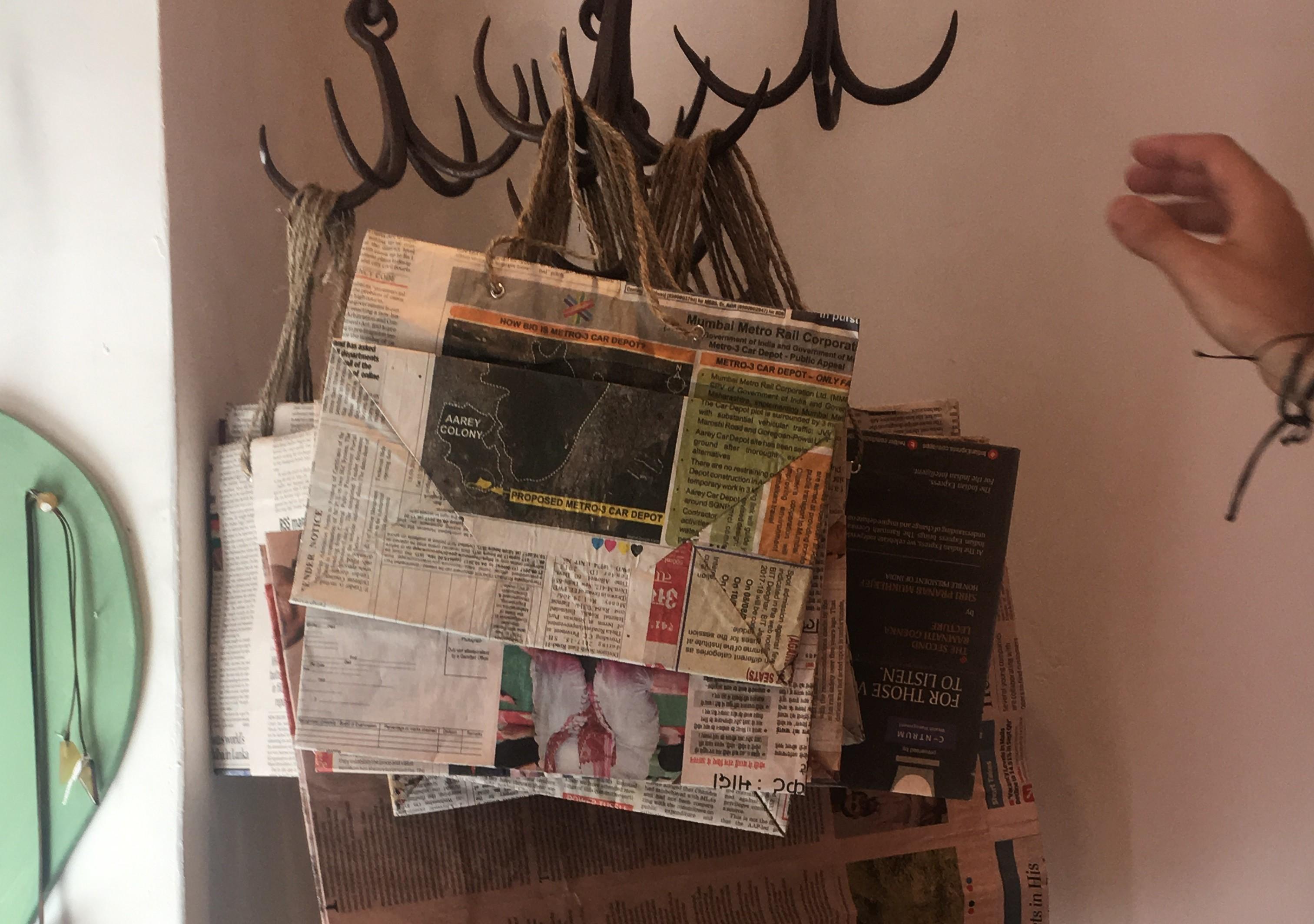 Buste con la carta dei giornali: pratiche, comode, eleganti, e in grado di sostituire la solita plastica (video e foto)