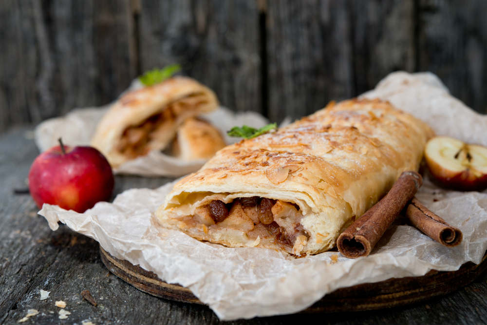 Strudel di mele: l'antica ricetta che recupera il pane, con l'aggiunta di due limoni
