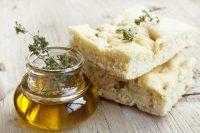 Focaccia di patate, la ricetta di un antipasto soffice che permette di recuperare il purè avanzato