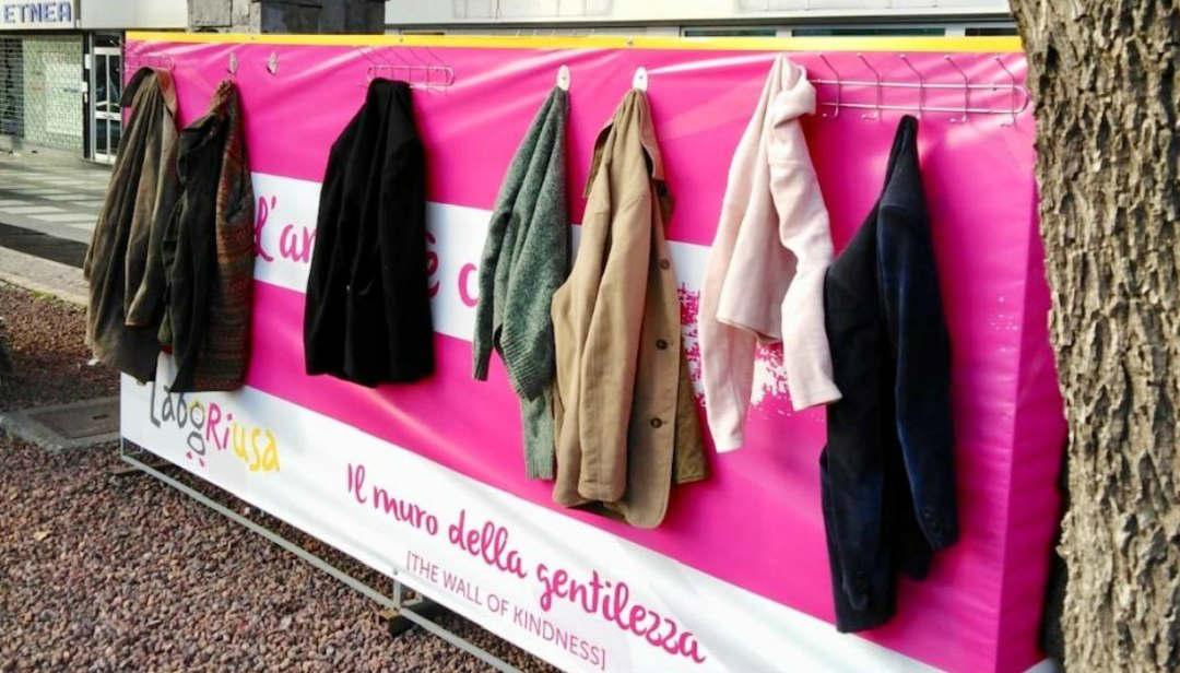 """I """"muri della gentilezza"""", dove appendere cappotti per chi ne ha bisogno"""