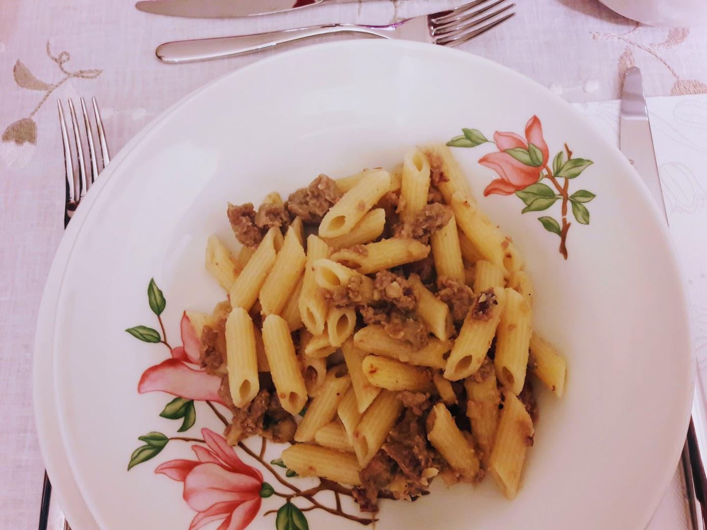 ricetta pasta con salsiccia funghi e castagne