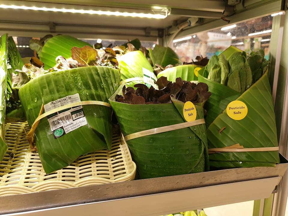 Thailandia, foglie di banano per avvolgere i cibi. Così il supermercato elimina la plastica