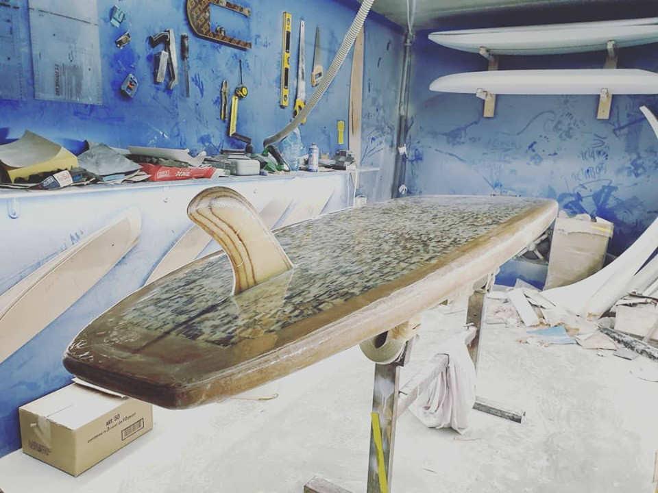 tavola da paddle fatta con i mozziconi