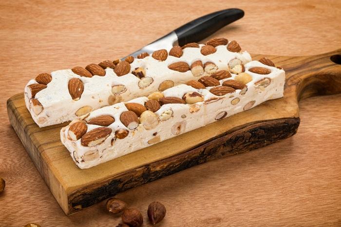 Torrone morbido: la ricetta per prepararlo in casa con nocciole, mandorle e pistacchi
