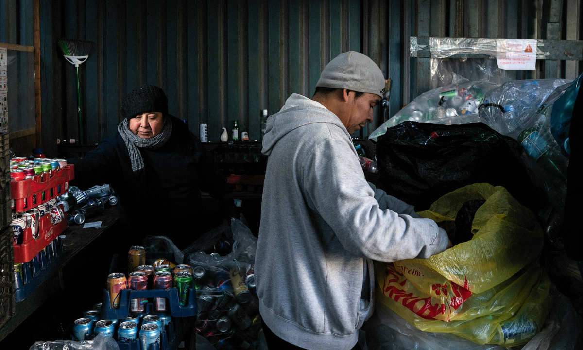 persone che vivono raccogliendo rifiuti