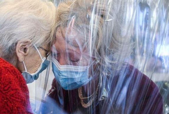 baci e abbracci coronavirus