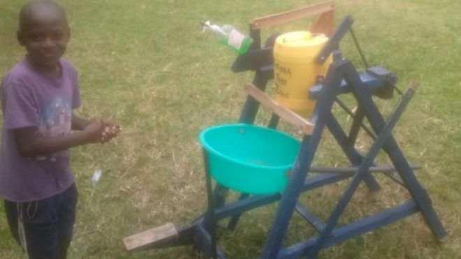 bambino keniano che inventa una macchina lavamani
