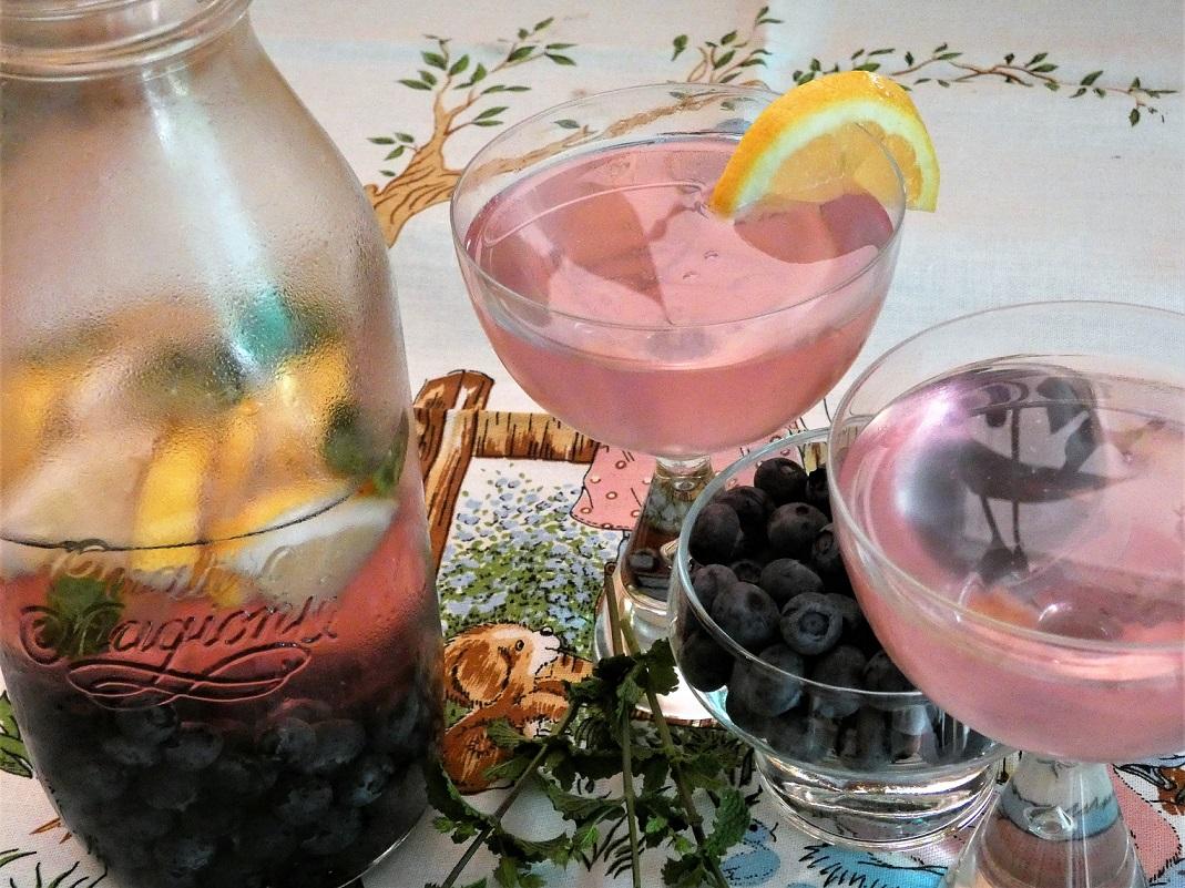 Bevanda detox ai mirtilli, la ricetta con spicchi di limone e menta
