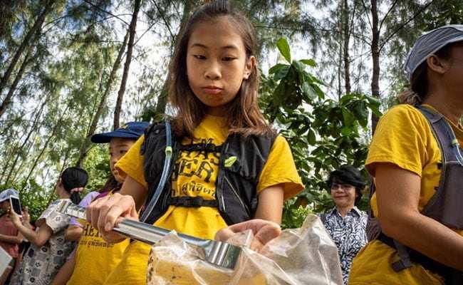 Lilly, la Greta thailandese. A dodici anni raccoglie plastica nei canali di Bangkok. In canoa