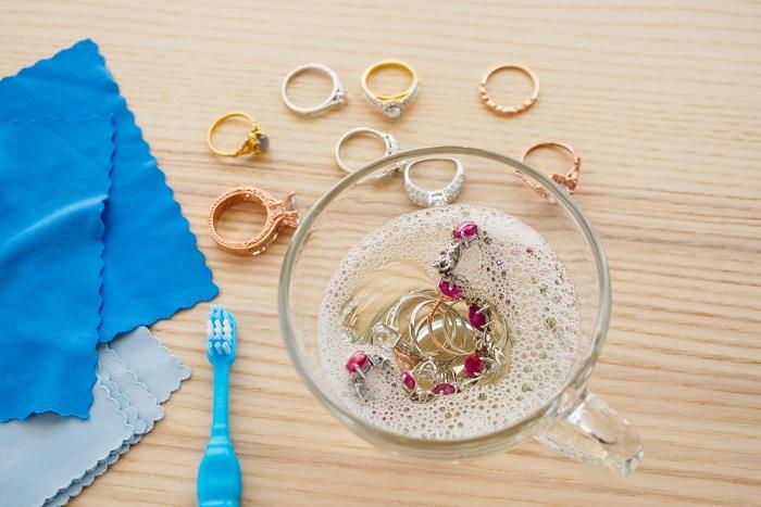 Come pulire gioielli e accessori in oro giallo. Bastano acqua calda, alcol e sapone di Marsiglia