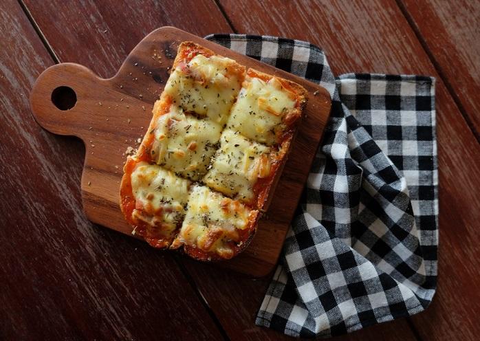 Pizza di pane, la ricetta popolare che utilizza solo pane raffermo, pomodori pelati e olio