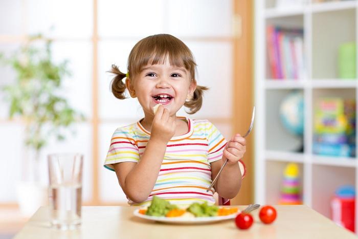 Come insegnare ai bambini a stare a tavola