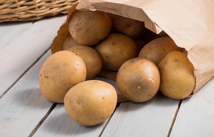 Come conservare le patate e farle durare. In luogo fresco, al buio e coperte dalla carta