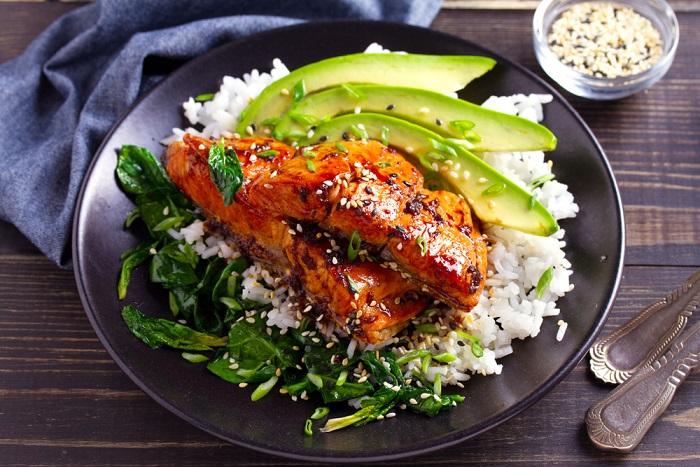 Salmone con avocado: la ricetta di un piatto semplice ma nutriente, perfetto per il pranzo in ufficio