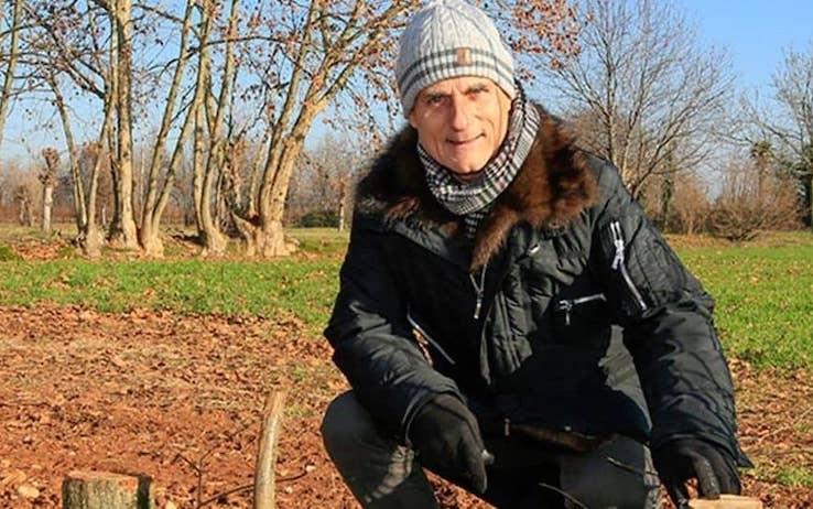 L'uomo che salva gli alberi si chiama Fiorenzo Caspon. Vive nel trevigiano