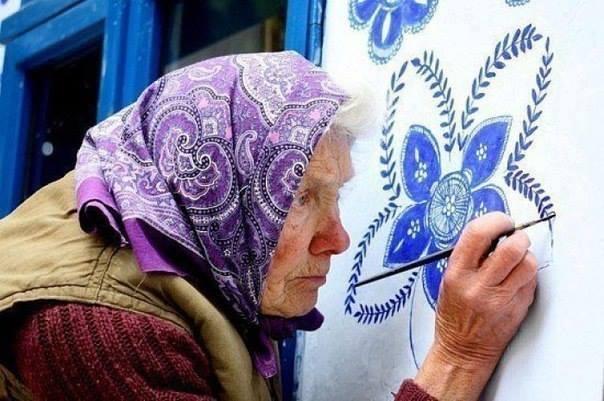 Agnes, a oltre 90 anni dipinge le case della sua cittadina