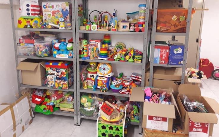 Casa del giocattolo solidale: a Varese giochi, ma anche abiti e libri di scuola
